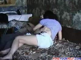 امرأة سمراء الروسية النحيفة مع شعر مجعد هو الحصول على بوسها يمسح أثناء وجود مجموعة من ثلاثة أشخاص
