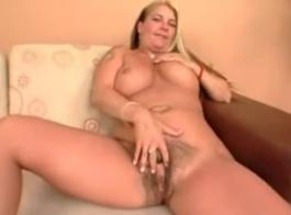 امرأة سمراء مفلس مع الثدي الضيقة تنتشر ساقيها مفتوحة على مصراعيها وتظهر لنا كس
