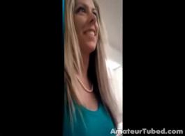 طلبت فتاة المشاغب جارها أن يمارس الجنس مع أدمغتها ومشاهدة تدفقها في جميع أنحاء جسمها