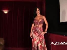 جواهر اليشم وجينا ساتيفا تجعل الحب بحماس مع بعضها البعض أمام الكاميرا