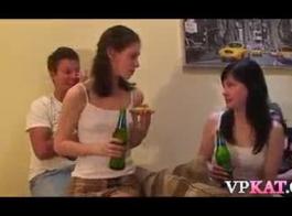 جميل في سن المراهقة الروسية في سن المراهقة اللعب مع بوسها