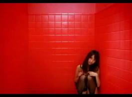 فتاة جميلة تواجه الجنس الشرجي أمام الكاميرا، لأول مرة على الإطلاق