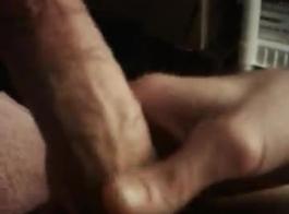 تلميذة قرنية مع بوس ضيق نزل على ركبتيها امتص ديك صديقتها