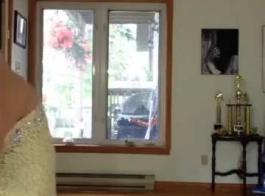 المرأة الساخنة التي لم تذهب إلى العمل اليوم على وشك ممارسة الجنس مع جارتها