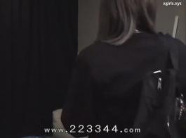 دمية يرتديها الحطام الاباحية لديه لعبة جديدة للعب معها.