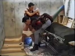 يوفر الفرنسية الناضجة نفسها لعصابة دراجة نارية حتى تحول جنسيا لها إلى حد كبير.