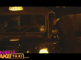 سائق سيارة أجرة وسيم هو سخيف عميله قرنية، في حين أن رفيقهم لطيف على الدرج.