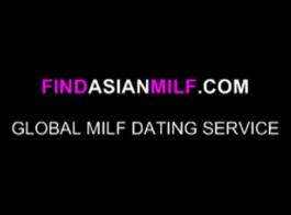 المرأة الآسيوية المنحيرة مع الشعر المجعد يمتص ديك ضخمة مثل الموالية وركوبه مثل ذلك