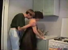أمي الروسية الحلوة، كارولينا ينتشر ساقيها مفتوحة على مصراعيها واسعة أنها تستطيع والحصول على بوسها يمسح.