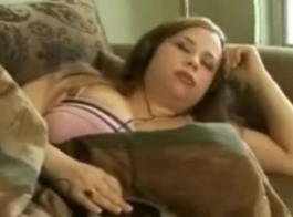 امرأة سمراء قرنية مع الحمار الكبير هو الحصول على معصوب العينين والأجبر عن ممارسة الجنس الجماعي.