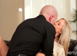 كارلا كوكس هو عسل شقراء رائع يحب اللعب مع بوسها، بقدر ما مع الثدي
