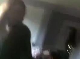 أثار الهواة يعطي الرأس في سيارة أجرة
