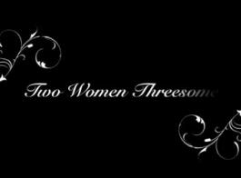نساء شعر في جوارب سوداء سخيف بعضهما البعض بينما لا أحد آخر في المنزل