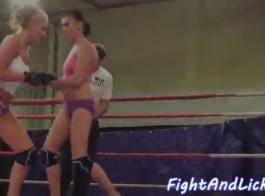 انخفض المصارعة باللباس في الحلبة مع رجل يريد فقط أن يمارس الجنس معها.