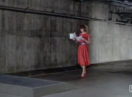 امرأة ذات شعر أحمر تلعب مع بوسها بينما لا أحد آخر في المنزل لرؤيتها.