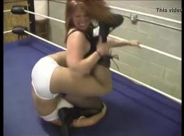 خنثى المصارعة فاتنة يشرب طفل دونغ.