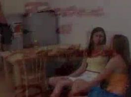 الفتيات مثليه الساخنة في الصنادل الوردي مع الكعب العالي تدرب حميرهم من معلم جيد.