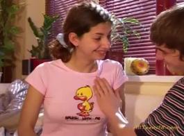 الشباب الألمانية في سن المراهقة تجريد والحصول على القبضة.