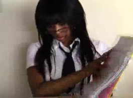 امرأة سمراء تلميذة الأبنوس هي الحصول على بوسها ضيق اصابع الاتهام ومارس الجنس، قبل الحصول على بوسها يمسح.