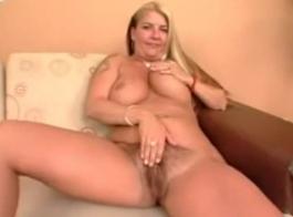 امرأة سمراء مفلس مع الشعر الوردي، آني متعة على وشك أن يكون لديك ممارسة الجنس مشبع مع حبيبها.