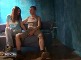 جمال مذهل يتمتع بجلسة تحول جنسى مع زوجين من مثليات شقي