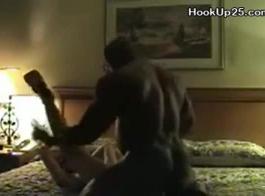 جبهة مورو شقراء مع كبير الثدي، سيندي جينينغز تتعرض للإهانة في السرير، بينما تلوي بوسها