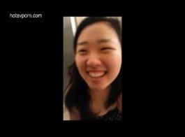 فتاة آسيوية الشباب الحصول على دوم الديك والحمار مطرز من الخلف.