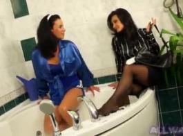مثليات أنيق، هولي مايكلز و سيلفيا ديلاي تعقص الهرة الرطبة في بعضها البعض، على الأريكة