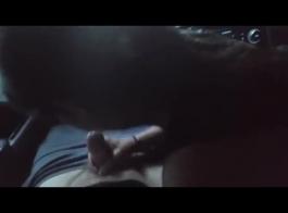 بدأت امرأة سمراء مفلس فرك حلماتها بينما كان شريكها بالإصبع لها تمرغ كس الرطب