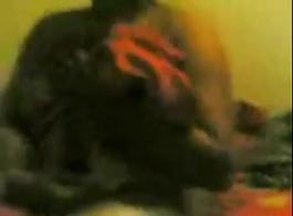 قناع الرجل سخيف فتاة في بوسها ضيق في سن المراهقة.