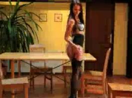 خلعت امرأة سمراء لا تصدق ملابسها وسراويل فائقة مثير للكاميرا، لتضع تحت الحمام.