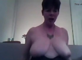 امرأة سمراء العصير مارس الجنس من قبل معالجها لتنسها.