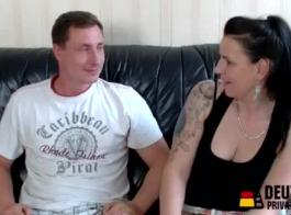 المرأة الناضجة، امرأة ألمانية في رداء الساتان هو وجود الثلاثي البخار مع اثنين من الرجال قرنية