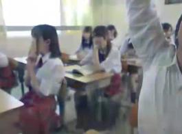 يصاب فاتنة اليابانية أثناء الثلاثي بين الأعراق، ويصرخ من المتعة أثناء وجود هزات الجماع
