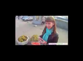 امرأة سمراء روسية هي مص ديك هائلة، بينما يكون زوجها في طريقه إلى المنزل من العمل.