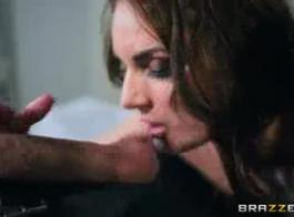 يزداد مارس الجنس ماريا ريا وكارل كابري في نفس السرير، خلال الثلاثي.
