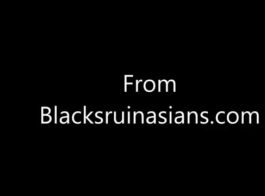 في سن المراهقة يحصل ديك أسود عميق.