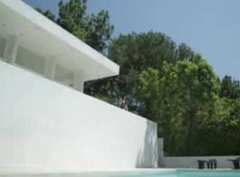 سمراء سوبر الساخنة هي الحصول على حيلة وشقية مع جارتها المحظوظة، على الشرفة.
