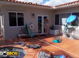 جبهة مورو شقراء حفر بوسها مع لعبة جنسية، أمام الكاميرا، في غرفة المعيشة لها.