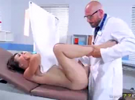 طبيب مثير مارس الجنس من قبل مريض جماعة صالح.