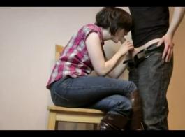 فتاة ساخنة مع شعر شقراء حصلت على ثقوبها مارس الجنس على المسرح وأحبها.