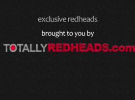 أحمر الشعر نحيف مع كس حلق تماما يطرح في غرفتها الصغيرة، لنشر ساقيها.