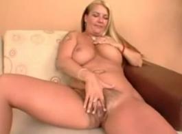 شقراء مفلس وجارها الأسود يمارسان الجنس في منتصف اليوم.