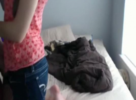 امرأة سمراء مذهلة في الملابس الداخلية السوداء هي ممارسة الجنس مثليه في شريط محلي، مع صديقتها الطيبة.