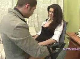 غالبا ما يمارس تلميذة أوروبية ممارسة الجنس مع معلمها في الفصل الدراسي، خلال النهار.