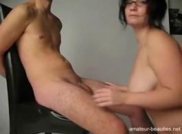 في سن المراهقة مفلس مارس الجنس جارها، لأنه عرض أموالها لممارسة الجنس معه.