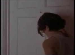 حار، امرأة شقراء مع النظارات يحب اللعب مع أباريق الحليب الضخمة الثدي الصغيرة