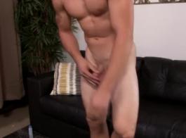 اثنين من الشقراوات العضلي هي الحصول على دوراتهم الجنسية المجانية وثيقة والاستمتاع بها كثيرا