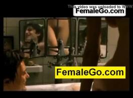 رأى امرأة ناضجة الديك الأسود الكبير في المرحاض وأراد أن تمتصه مرة واحدة