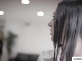 امرأة سمراء جبهة مورو مع الوشم يحصل مسمر في الملابس الداخلية الخاصة في الحمار